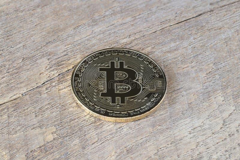 Золотое Bitcoin на деревянном поле стоковые фото