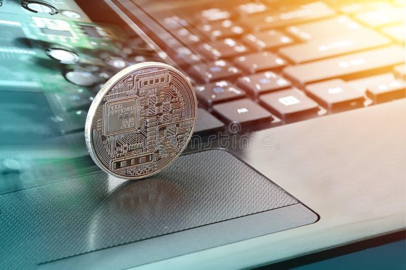 Золотое bitcoin на клавиатуре компьютера стоковое фото