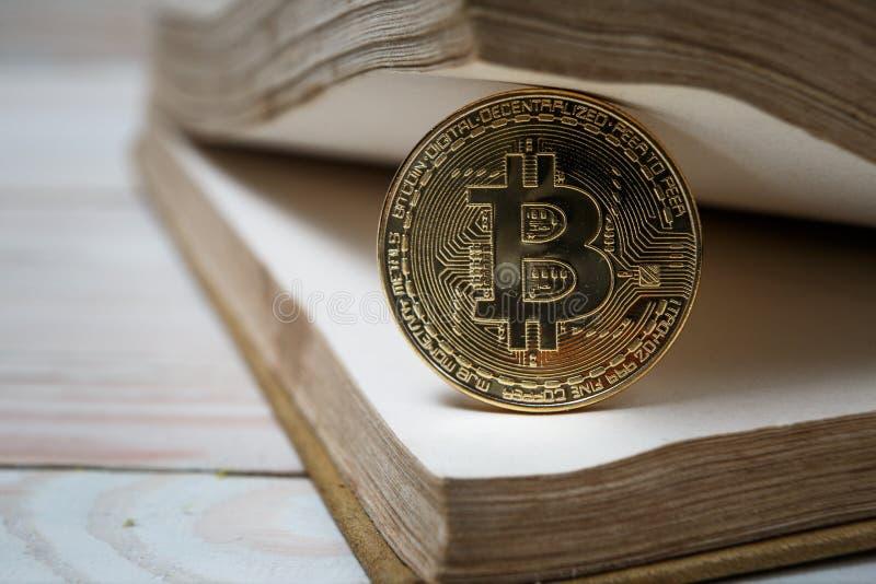 Золотое bitcoin на открытых деньгах книги электронных или цифровых стоковое фото