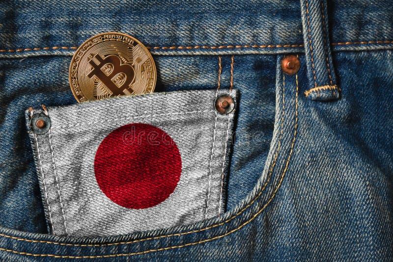 Золотое BITCOIN ( BTC) cryptocurrency в карманн джинсов с стоковое фото