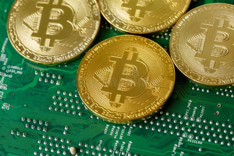 Золотое Bitcoin Cryptocurrency на C.P.U. монтажной платы компьютера стоковые фото