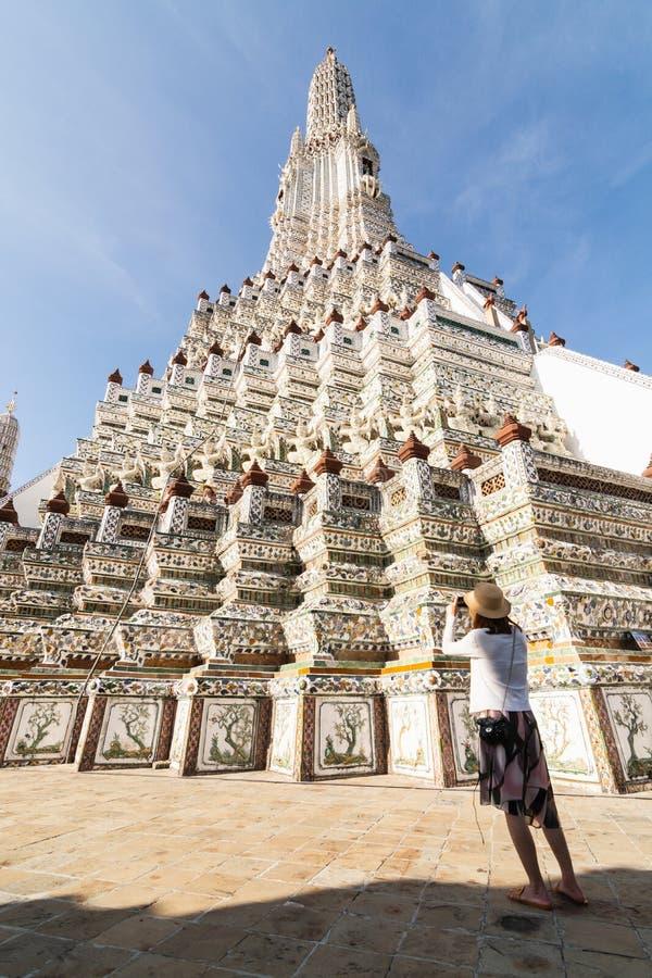 Золотое stupa внутрь изумрудного виска Будды на солнечный день в Бангкоке, Таиланде стоковые изображения