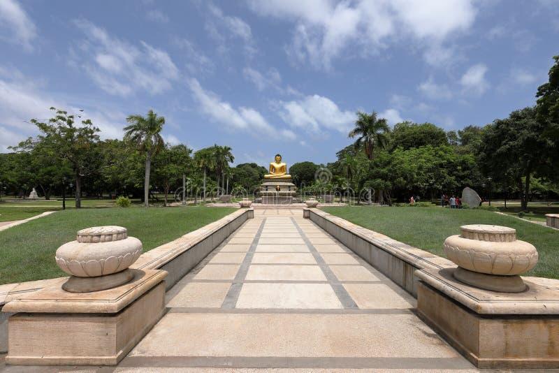 Золотой Будда в парке Viharamahadevi Коломбо стоковая фотография