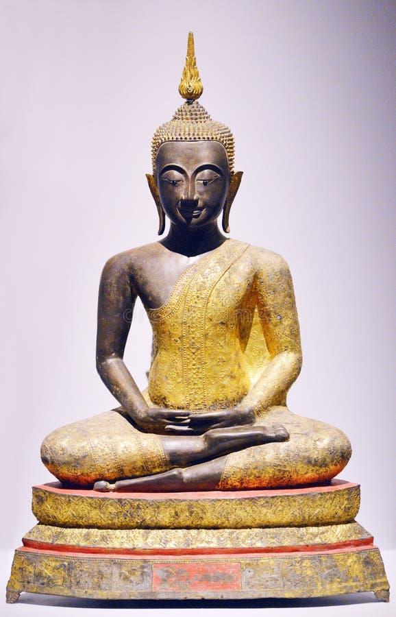Золотой Будда в положении раздумья стоковая фотография