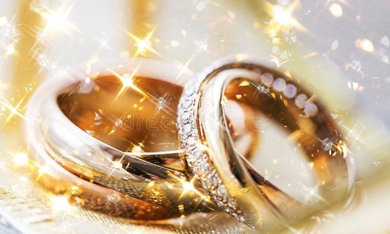 Золотой взгляд конца-вверх обручальных колец стоковые изображения
