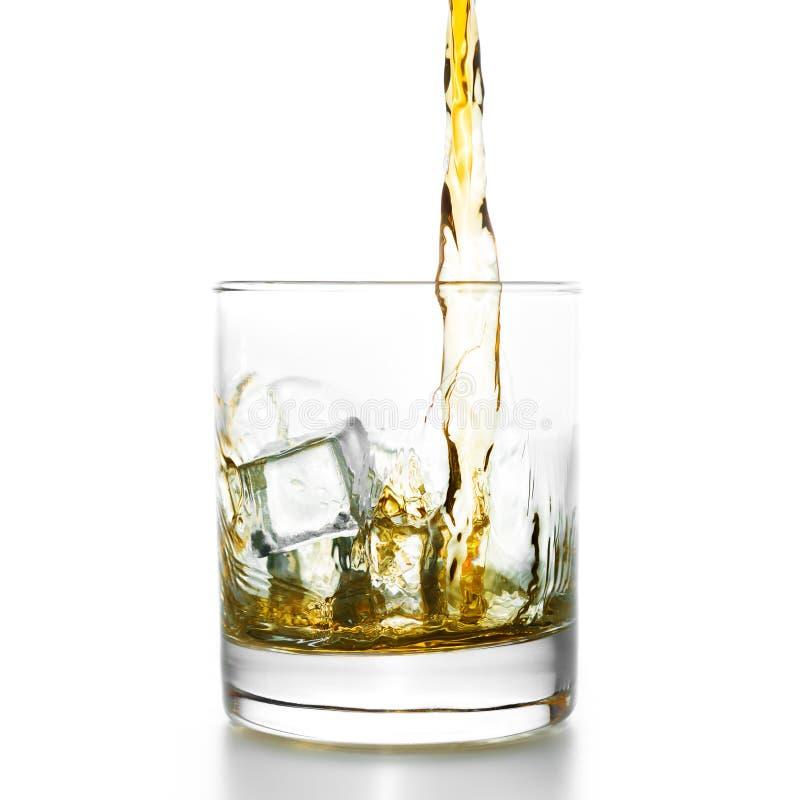 Золотой виски лить в lowball стоковая фотография rf