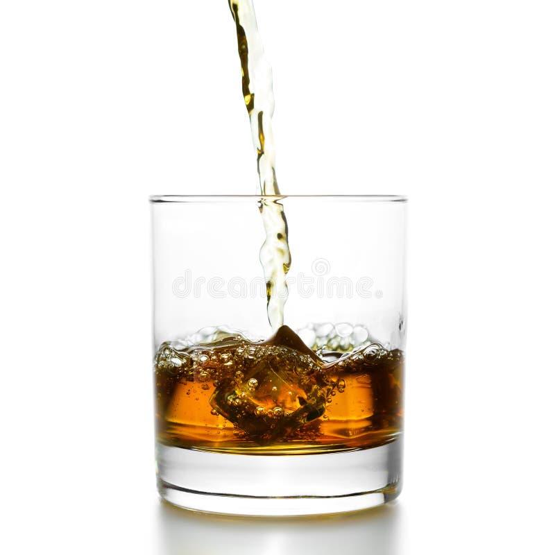 Золотой виски лить в lowball стоковое фото rf