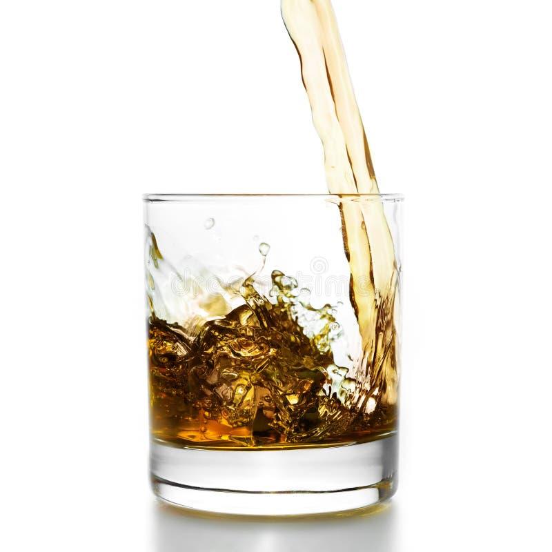 Золотой виски лить в lowball стоковое фото