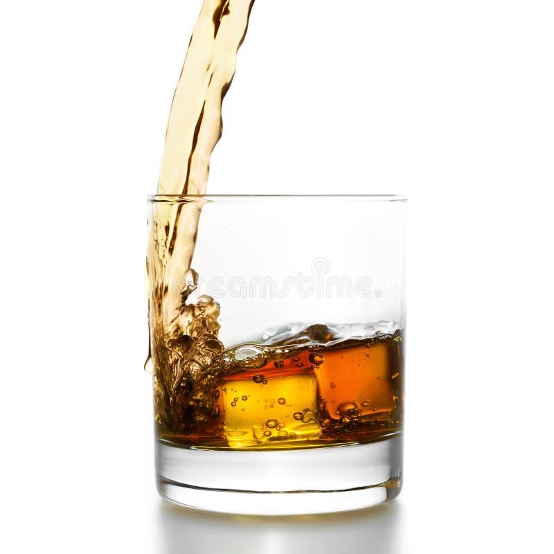 Золотой виски лить в lowball стоковое изображение rf