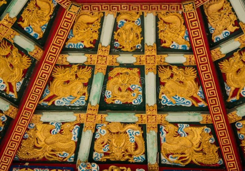 Золотой дракон высек украшенный стоковое фото rf