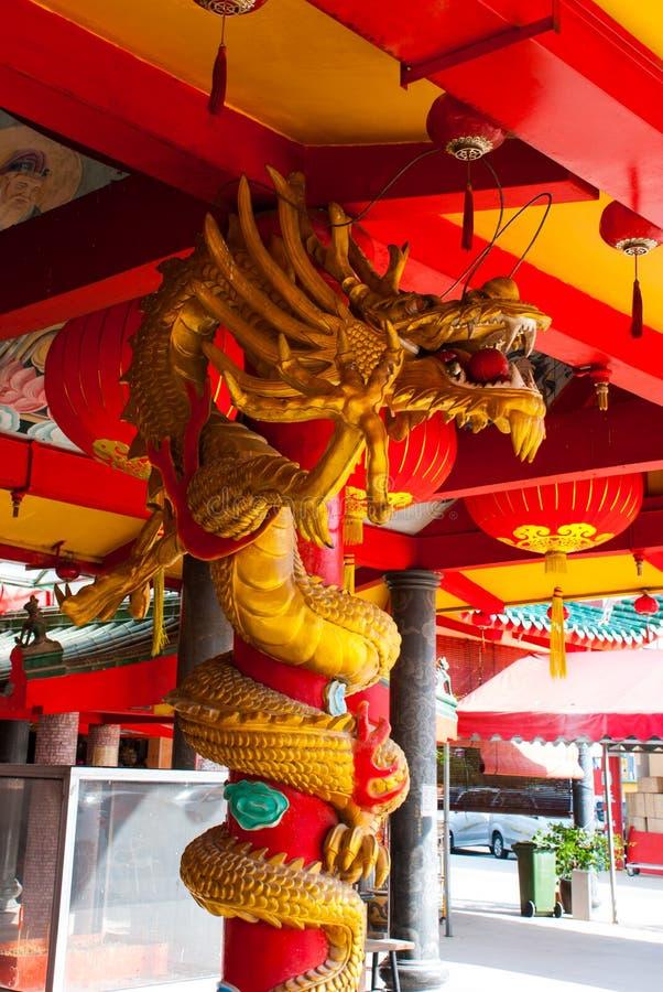 Золотой дракон на поляке Китайский висок Tua Pek Kong Город Miri, Борнео, Саравак, Малайзия стоковое фото rf
