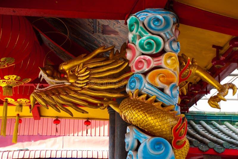 Золотой дракон на поляке Китайский висок Tua Pek Kong Город Miri, Борнео, Саравак, Малайзия стоковые изображения rf