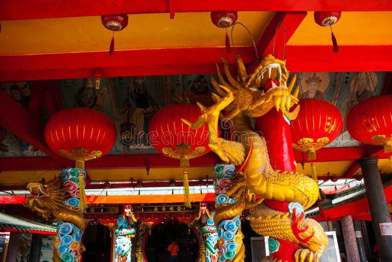 Золотой дракон на поляке Красный китайский фонарик Висок Tua Pek Kong Город Miri, Борнео, Саравак, Малайзия стоковое фото