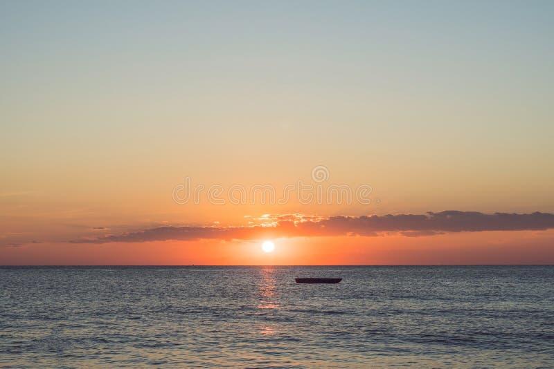 Золотой заход солнца в море с силуэтом острова стоковые фотографии rf