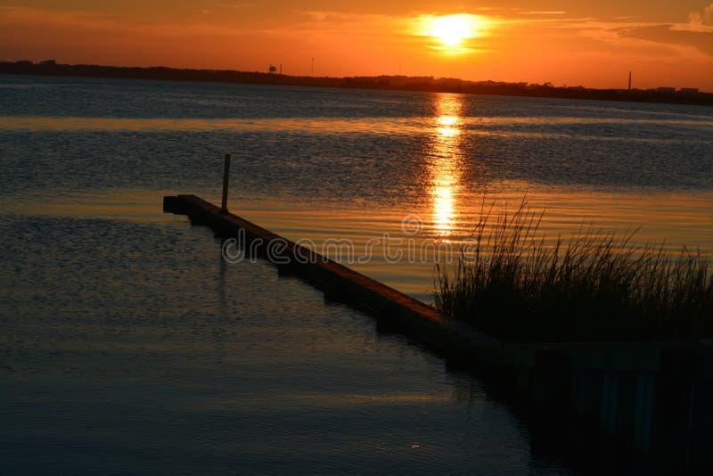 Золотой заход солнца в Северной Каролине стоковое изображение