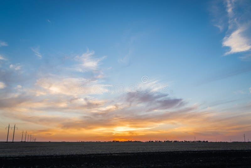Золотой заход солнца над сельским ландшафтом стоковые фото