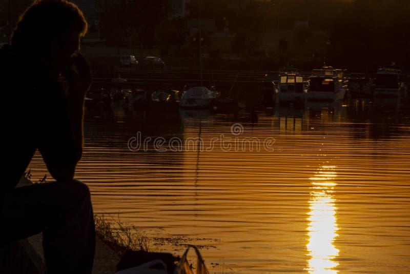 Золотой заход солнца на речном порте Kladovo, Сербии стоковые изображения rf