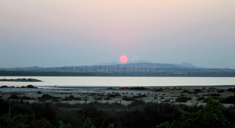 Золотой и сизоватый заход солнца в озере варницы Torrevieja стоковые фотографии rf