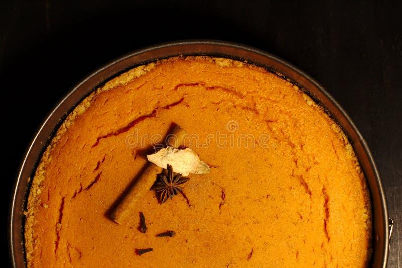 Золотой круглый пирог тыквы на темной таблице стоковые изображения