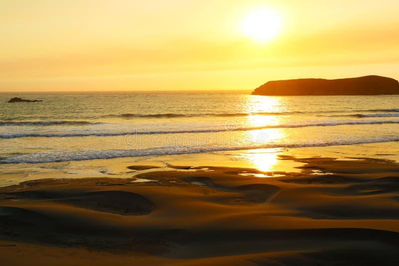 Золотой ландшафт захода солнца над водами Тихого океана стоковое изображение
