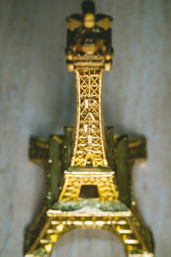 Золотой мини сувенир Эйфелевой башни от Парижа Франции стоковые фотографии rf