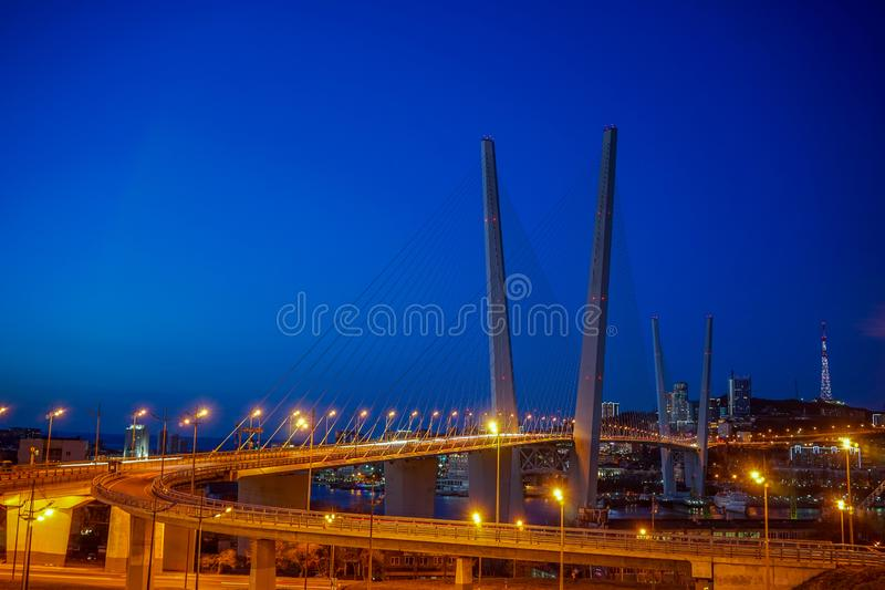Золотой мост против голубого вечернего неба стоковые изображения