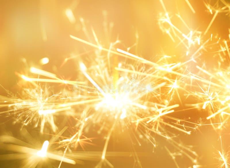 Золотой огонь бенгальского огня для предпосылки торжества партии стоковые фотографии rf