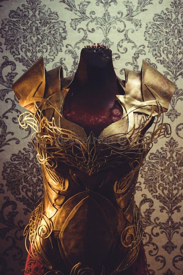 Золотой, панцырь нагрудника металла женщины сильного handmade в золоте стоковое изображение rf