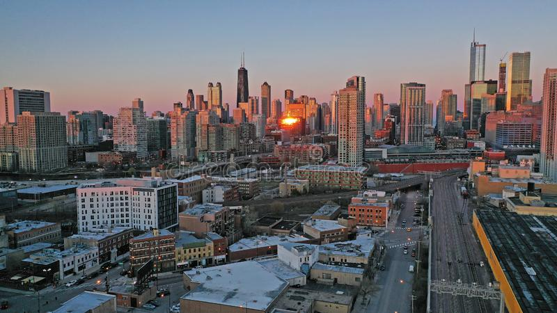 Золотой светлый заход солнца ночи над городским горизонтом Чикаго Иллинойсом города стоковые изображения