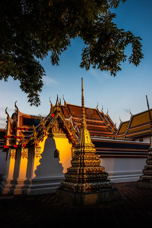Золотой свет захода солнца на стенах дворца Бангкока Таиланда Wat Phra Chetuphon Vimolmangklararm Rajwaramahaviharn Wat Pho стоковая фотография
