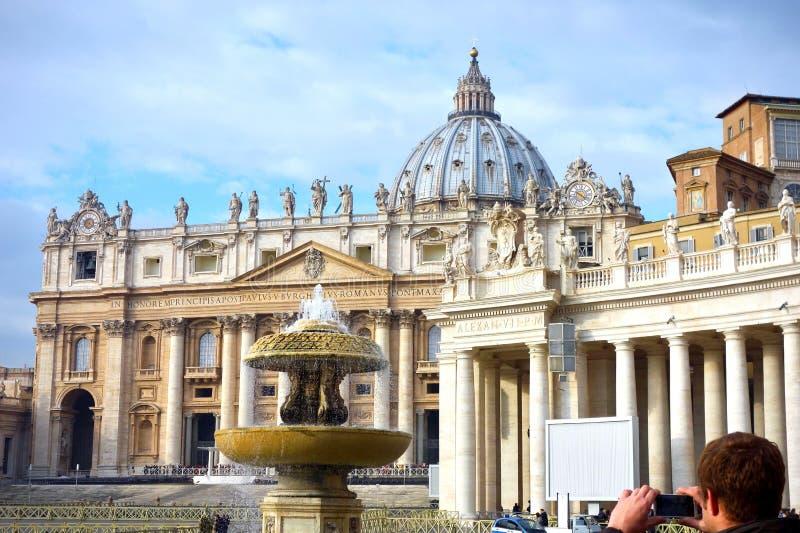 Золотой свет на куполе peters, Ватикан, Рим, Италия стоковые изображения rf