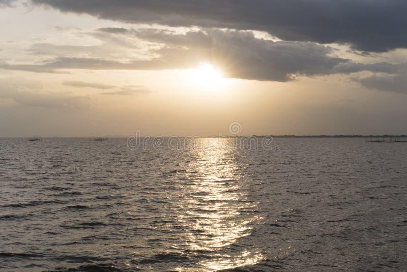 Золотой свет от солнца во времени захода солнца Предпосылка захода солнца на se стоковые фотографии rf