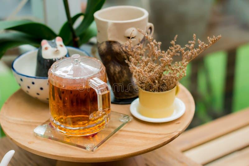 Золотой сироп на деревянном подносе в кофейне стоковые фото