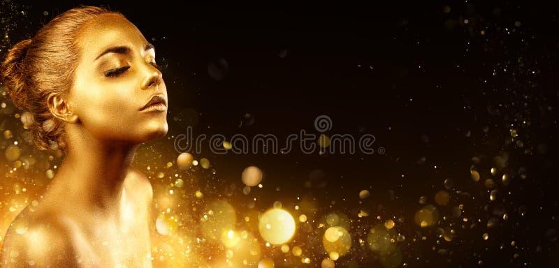Золотой состав - портрет фотомодели с кожей золота и блестящее стоковое изображение rf