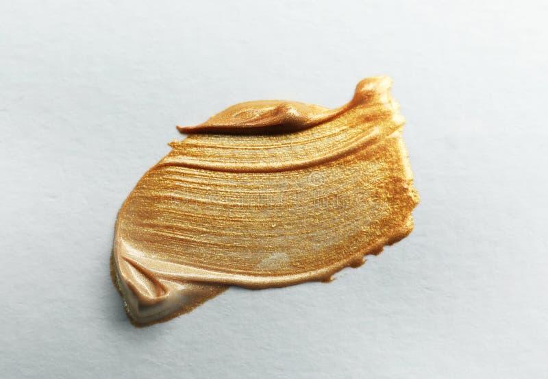 Золотой ход кисти на белизне стоковые фото