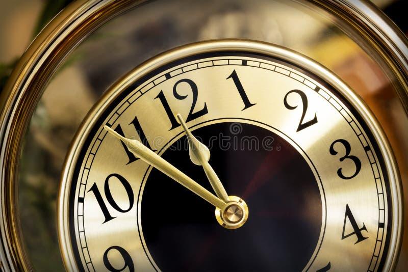 Золотой циферблат 5 минут к полночи стоковые фото