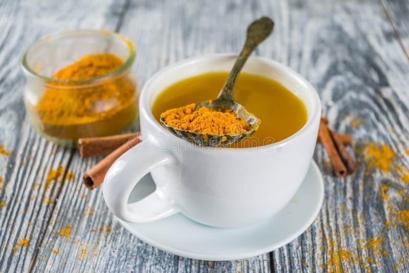 Золотой чай турмерина циннамона стоковое фото rf