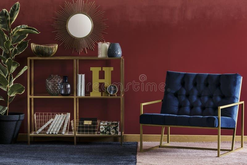 Золотой шкаф с оформлением стоковые изображения rf