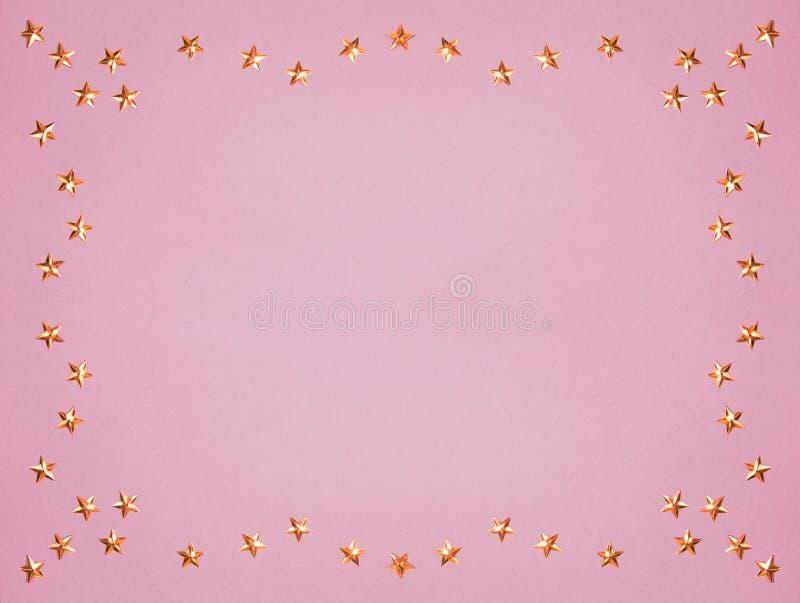 Золотой яркий блеск звезд на розовом космосе экземпляра Пастельный стиль праздника Новый Год, рождество или отпраздновать предпос стоковое изображение rf