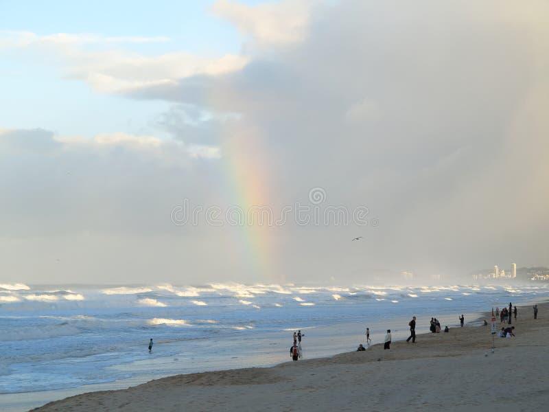 золото береговой линии свободного полета над радугой стоковые изображения rf