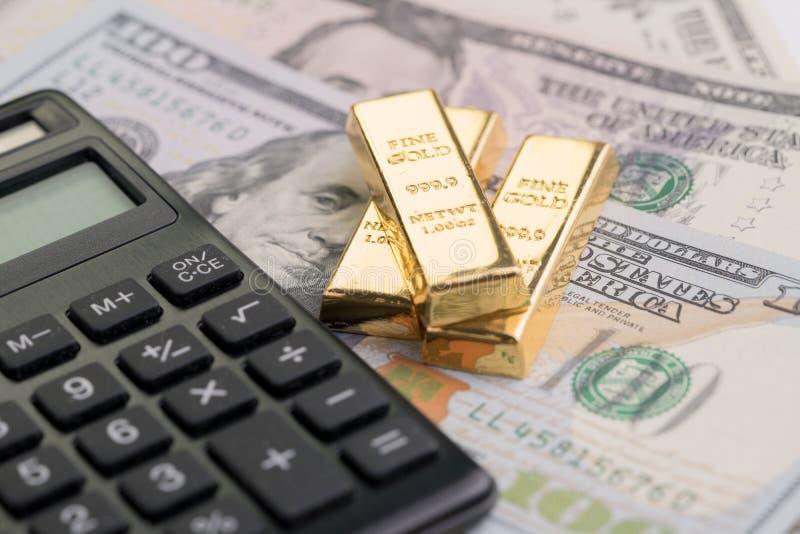 Золото в слитках или слиток миллиарда на куче счетов доллара США денег с стоковые фото