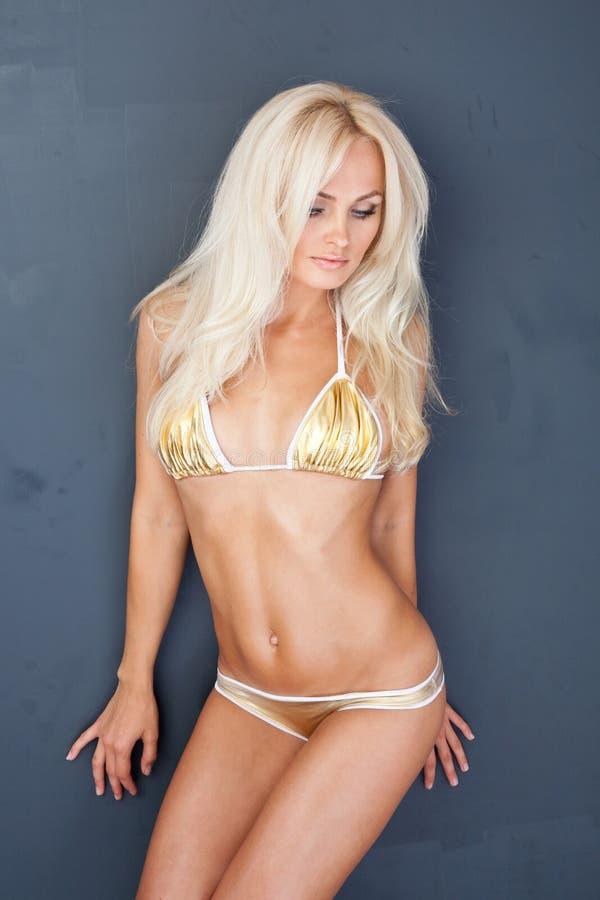 золото девушки бикини белокурое сексуальное стоковое изображение