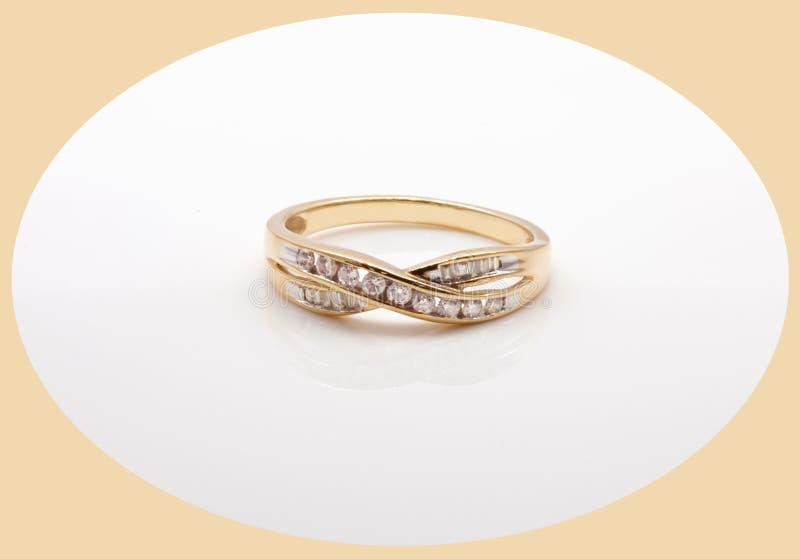 Золото и кольцо с бриллиантом с переплетенным диапазоном стоковая фотография