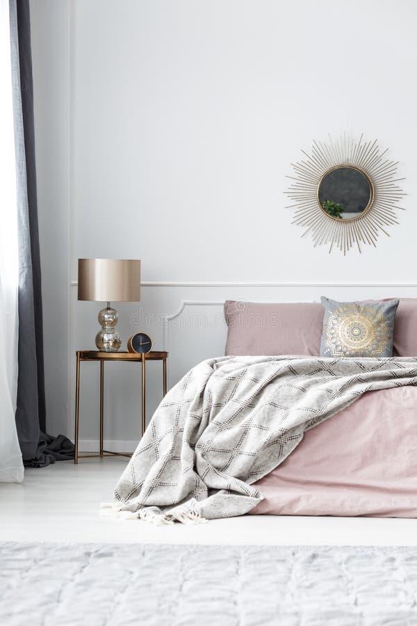 Золото и розовый интерьер спальни стоковое изображение rf