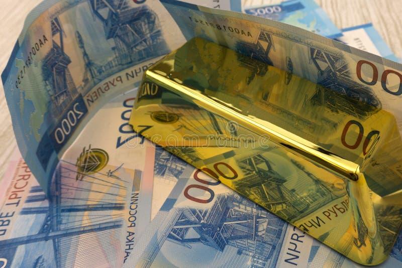 Золото наггета и долларовые банкноты, концепция дела стоковое фото