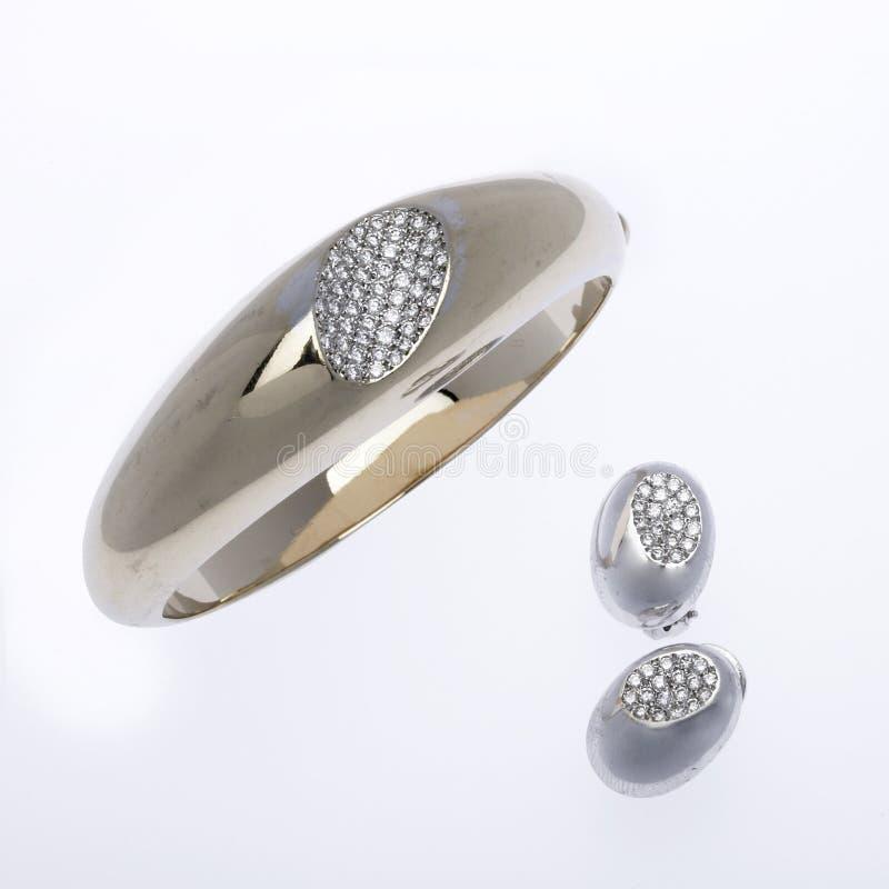 золото серег диаманта браслета стоковая фотография