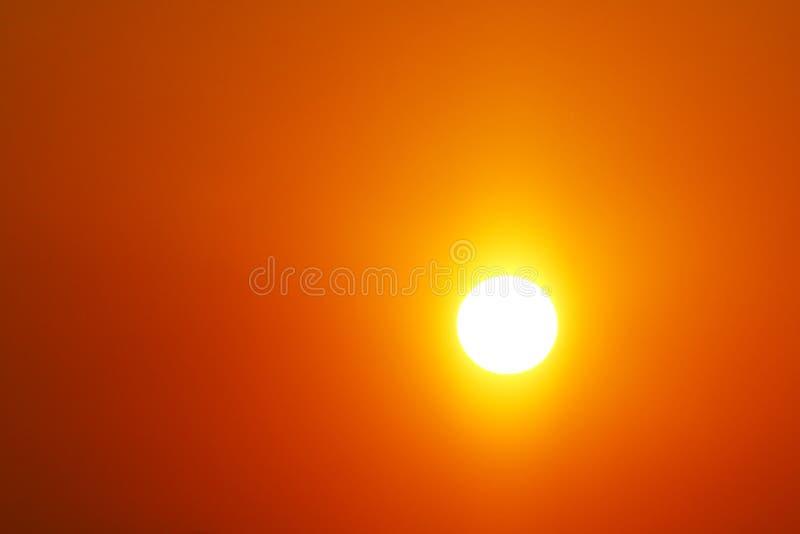 Золото силуэта предпосылки захода солнца неба оранжевое, солнце Солнця яркое большое на небе с цветом градиента желтого золота ор стоковое изображение rf
