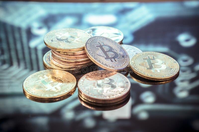 Золото Bitcoin, серебр и медные деньги и defocused напечатанное circ стоковая фотография