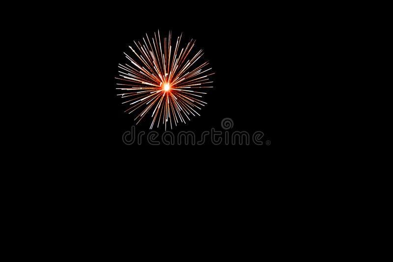 Золотые желтые фейерверки на изолированной черной предпосылке для украшения дизайна праздников, Нового Года, так же, как независи стоковое изображение