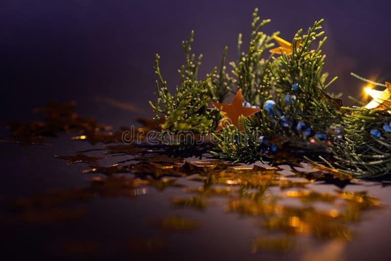 Золотые звезды на украшениях елевых рождества хворостины стоковое фото rf